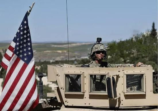 4月4日,叙利亚北部重镇曼比季,一名美军士兵坐在装甲车上。新华社/美联