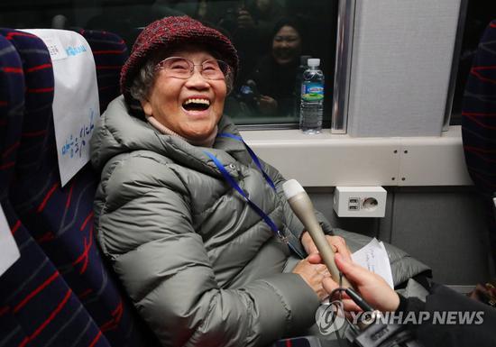 赴朝参添仪式的离散家属老奶奶喜悦不已(韩联社)
