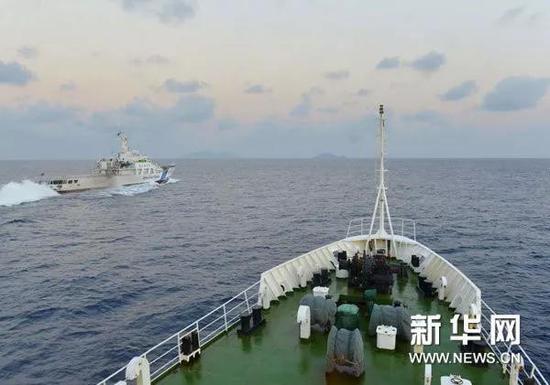 ▲原料图片:2012年10月25日,中国海监51船(右下)对日方喊话,责令日船立即脱离吾国领海,并对日船作凶走为进走了取证。(新华社)