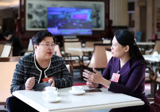 两位代表在交流。新华社记者刘卫兵摄