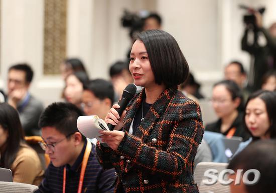 中央广播电视总台央视新闻中心记者提问(赵一帆 摄)