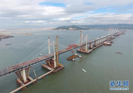 9月21日,福建省平潭海峡公铁两用大桥鼓屿门航道桥的钢桁梁在吊装中(无人机拍摄)。