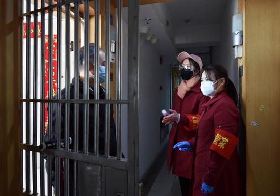 江汉区花楼社区,做事人员逐户排查、咨询居民难得 记者 郭良朔 摄