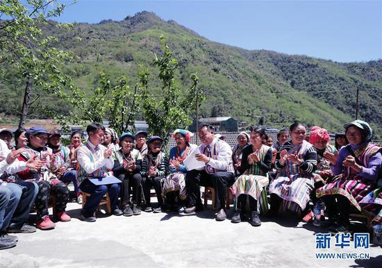 4月11日,云南省贡山县独龙江乡干部群众一同宣读学习习近平总书记的回信。 新华社发(谢宇 摄)