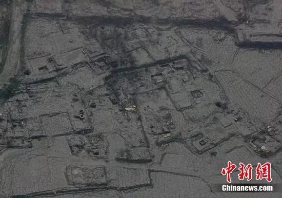 2008年5月19日,汶川大地震造成的泥石流掩埋了一个村庄。(中新社记者 贾国荣摄)