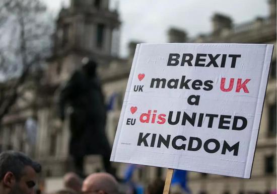 3月23日,民众在伦敦街头参加游行。新华社记者韩岩摄