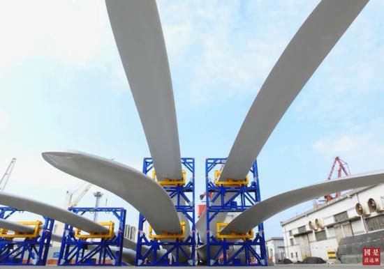 △5月7日,江苏连云港港码头,一批风电叶片正在装船出口海外。中新社发 耿玉和 摄