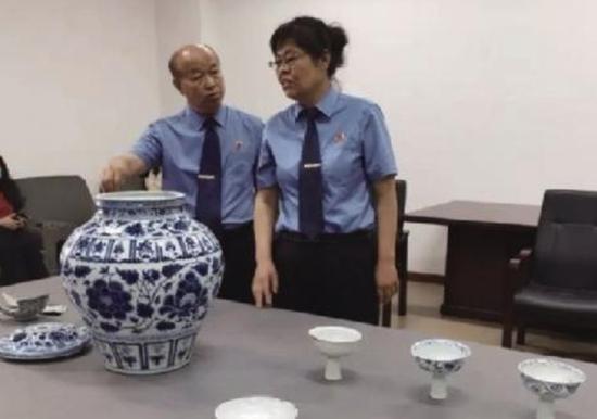 上图为被盗的国家一级文物元青花盖罐等瓷器