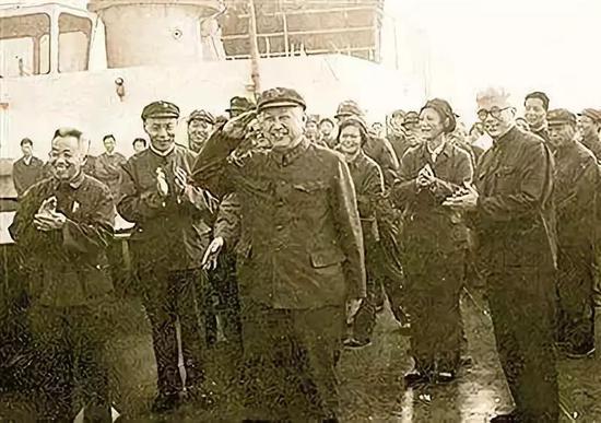 △1980年6月5日,钱学森登上中国航天远洋测量船看看船员。这是迄今为止,钱学森留下的唯逐一张敬军礼的照片。
