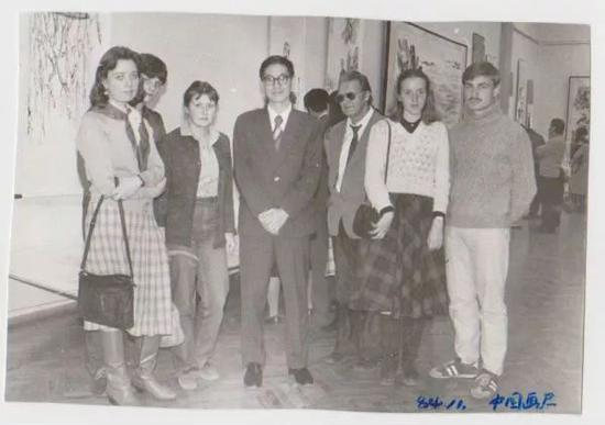 ▲原料图片:1984年,吴虹滨(左四)留学苏联白俄罗斯大学时与同学相符影。