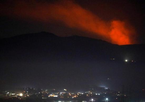 叙利亚大马士革郊区上空升首了浓烟(图源:路透社)