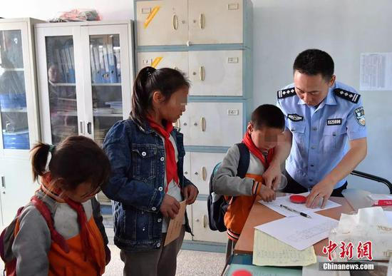 刘青松将助学金送到孩子手里。安源 摄