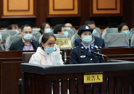 赵丽受审现场。据南宁中院