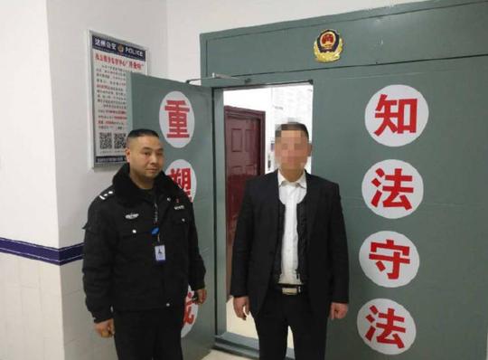 杨某(右)接受处罚