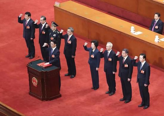 3月19日,国务院副总理、国务委员、秘书长进行宪法宣誓。(新华社发)