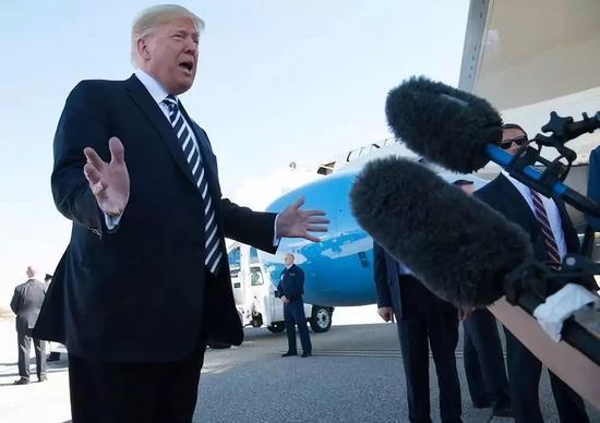 10月20日,美国总统特朗普在内华达州参加集会运动后对记者说话。新华社/法新