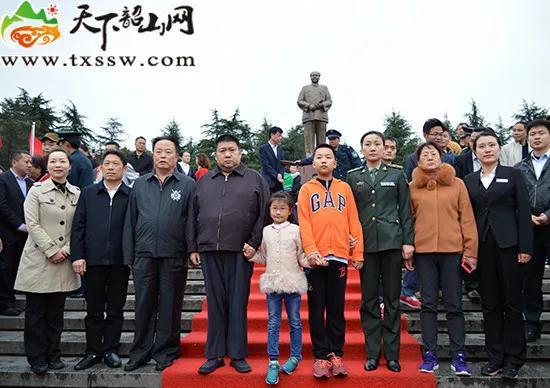2016年4月3日,毛新宇和家人等在毛泽东铜像前