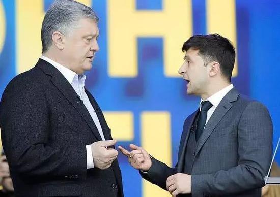 乌克兰现任总统波罗申科(左)和总统候选人著名喜剧演员泽伦斯基(右)