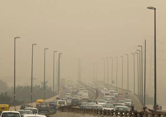 当地时间2019年11月2日,印度新德里雾霾严重 图 via VCG