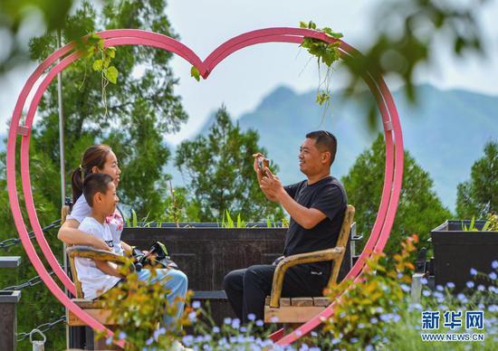 2021年5月30日,游客在河北省邯郸市磁县天保寨景区游玩。新华社记者 王晓 摄