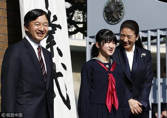 德仁皇太子夫妇出席爱子小学毕业典礼(视觉中国)
