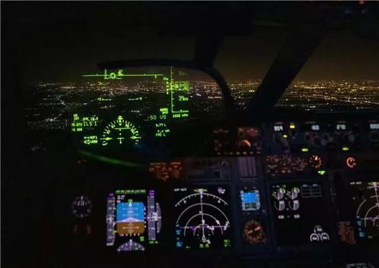 飞走员驾驶飞机行使平视表现器(HUD)设备进走飞走。