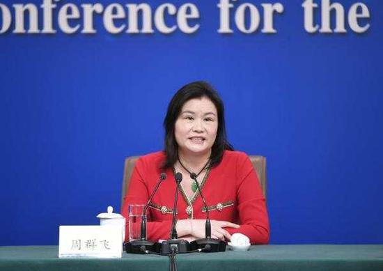 周群飞在回答记者提问。新华社记者 王鹏 摄