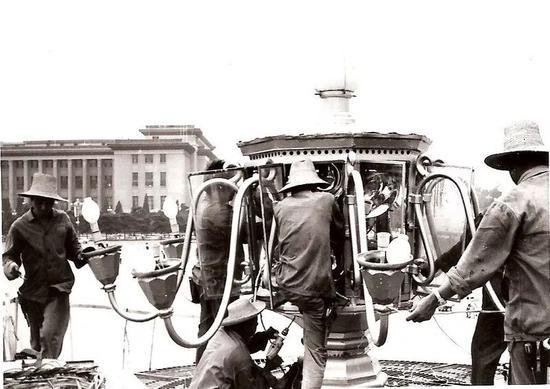 70年代路灯工人在广场检修华灯。
