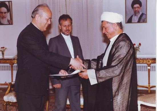 1991年,华黎明向伊朗总统拉夫桑贾尼递交国书。华黎明供图