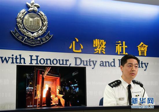 12月27日,香港特区当局警务处警察公共有关科总警司郭嘉铨在讯息发布会上展现照片。新华社记者 李钢 摄