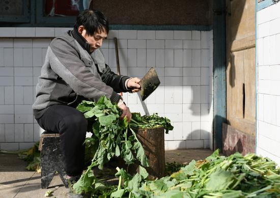 饲养员龚国成在制作营养餐。