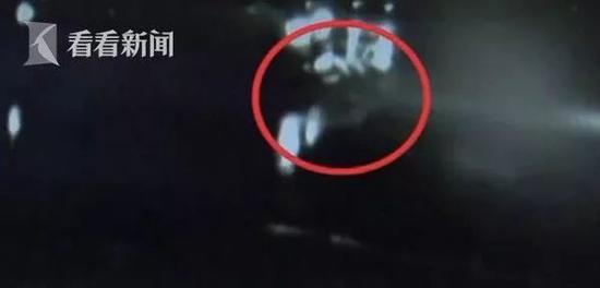儿子撞人逃逸让母亲回现场查看 结果又被一辆轿车撞伤