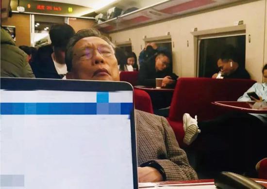 2020年1月8日晚,钟南山在从广州开往武汉的列车上休息。