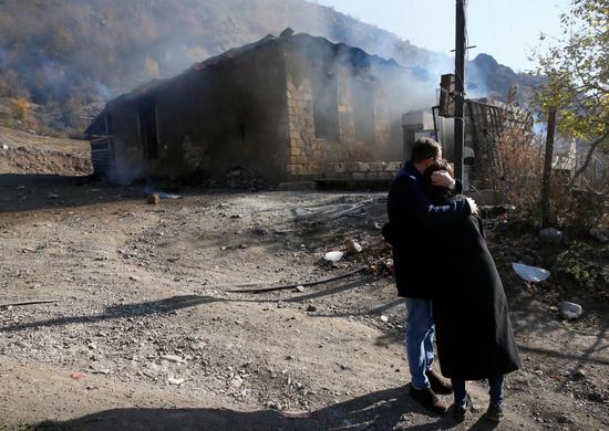 亚美尼亚夫妻在烧毁的房屋前痛哭(路透社)