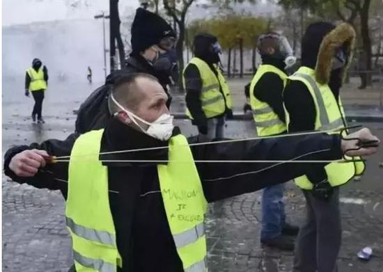 暴力袭击者用弹弓攻击治安警察