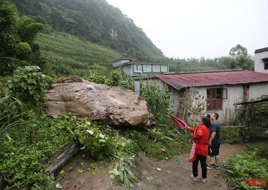 珙县白岩村地震滚下的落石