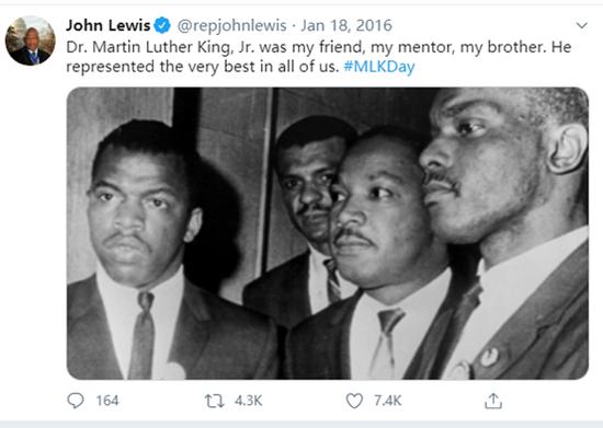 (图为2016年时刘易斯在一则贴文中怀念他的导师、友人和兄弟马丁路德金,他还贴出了自己与马丁路德金的合影)