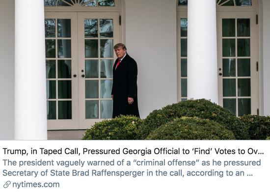 """特朗普在通话中向佐治亚州官员施压,要求他们""""寻找""""选票,以此推翻总统大选结果。/《纽约时报》报道截图"""