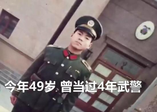 吕保民当武警时的照片(视频截图)