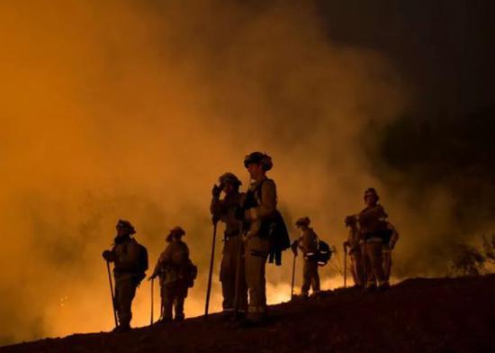 添州山火救灾的消防员