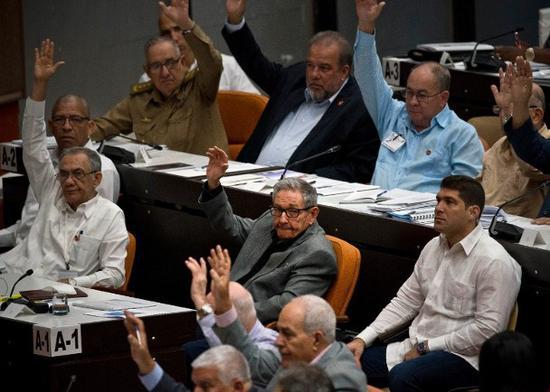 古巴党和国家领导人劳尔‧卡斯特罗(中)在国会投票。(图:美联)