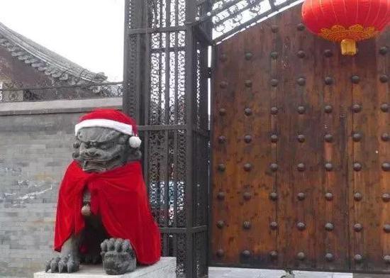 ▲圣诞 • 狮子 • 老人 (图via@字媒体,下同)
