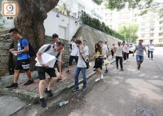 """民众步行到黎智英住所外(图源:香港""""东网"""")"""