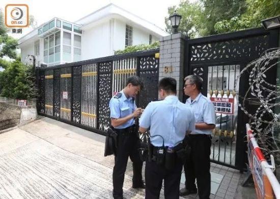"""两名警察前去了解情况(图源:香港""""东网"""")"""