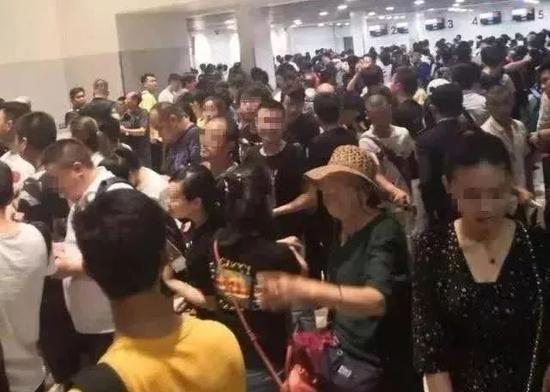 据说是柬埔寨机场等待回国的中国人