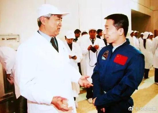 神五发射成功后,戚发轫与杨利伟会面