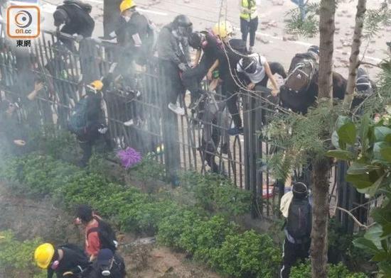 暴徒被迫跑回校园。图源:东网