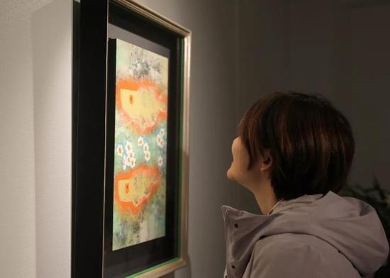在日本东京银座,一名观众在王传峰美术馆内参观。新华社记者 杜潇逸 摄