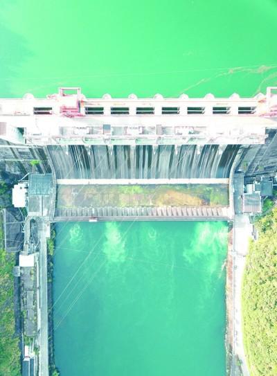 """浙江新安江水电站(鸟瞰)造就了千岛湖秀气风光,""""发电坝""""变""""生态坝"""",承担首绿色发展新使命。新华社发"""