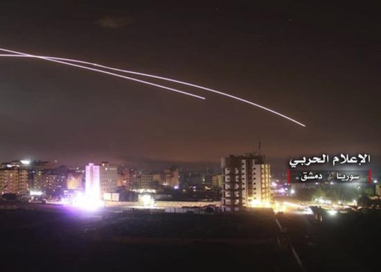 叙军发射防空炮火,迎击飞以军导弹。(图:美联社)